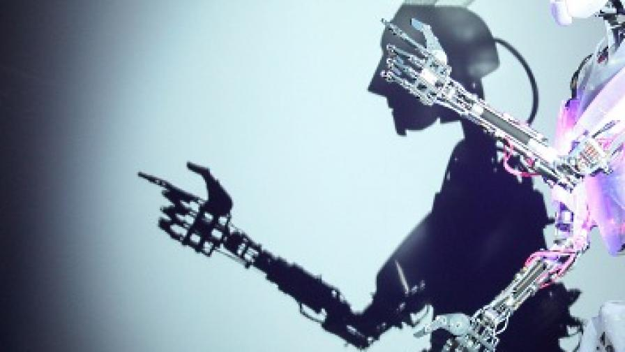 Робот просяк ще събира помощи по улиците