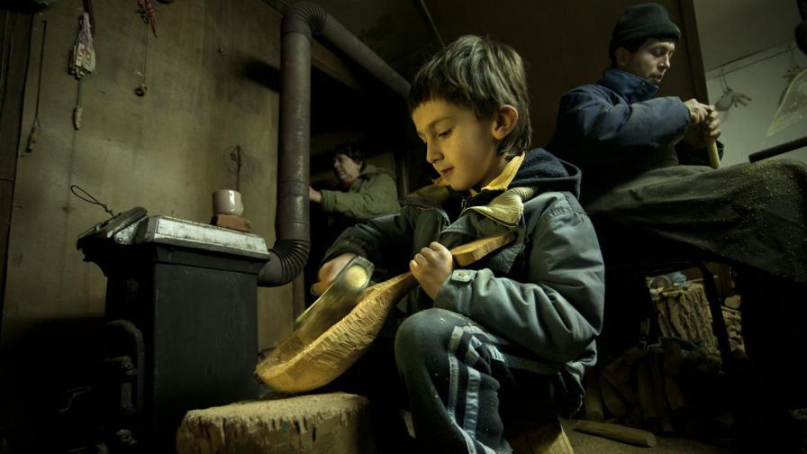 """6-годишният Милан е най-младият калфа в """"Етъра"""" - учи се да изработва традиционни музикални инструменти"""