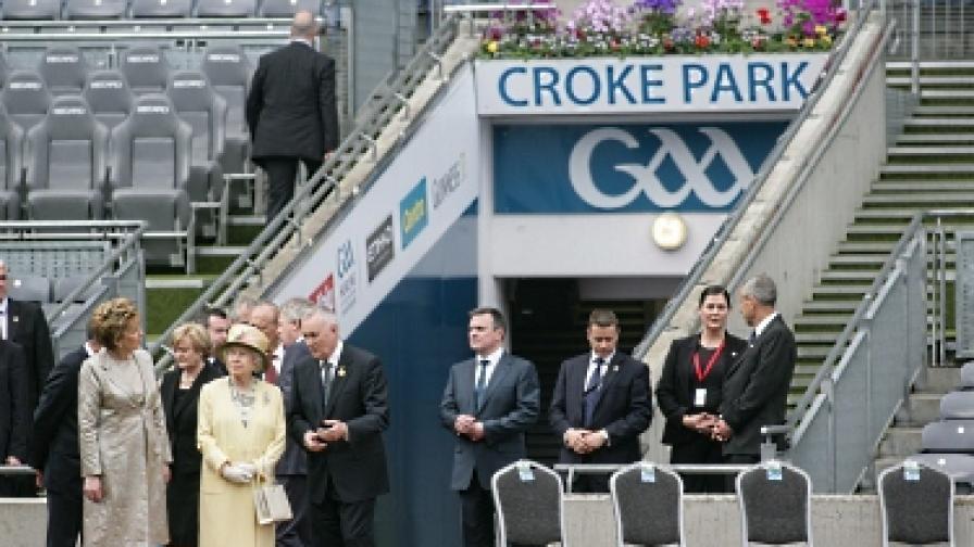 Защо кралица Елизабет II посети стадион в Дъблин?