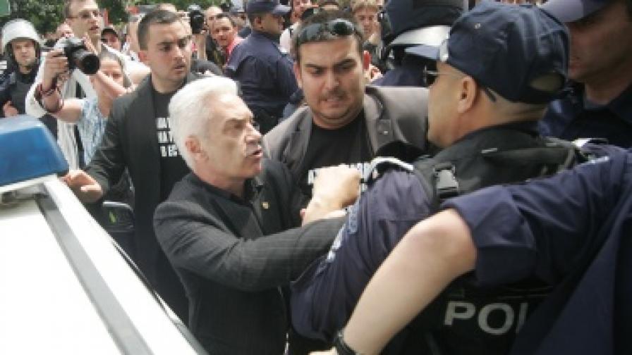 Сблъсъци пред джамията в София