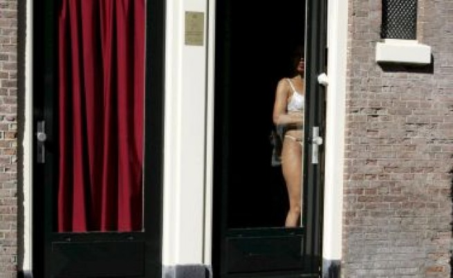 Български сводник насила татуирал проститутките си в Белгия