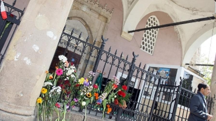 """Днес след сблъсъците пред """"Баня Башъ""""(20 май 2011 г.)граждани оставиха цветя на оградата на джамията в знак на съчувствие към събитията"""