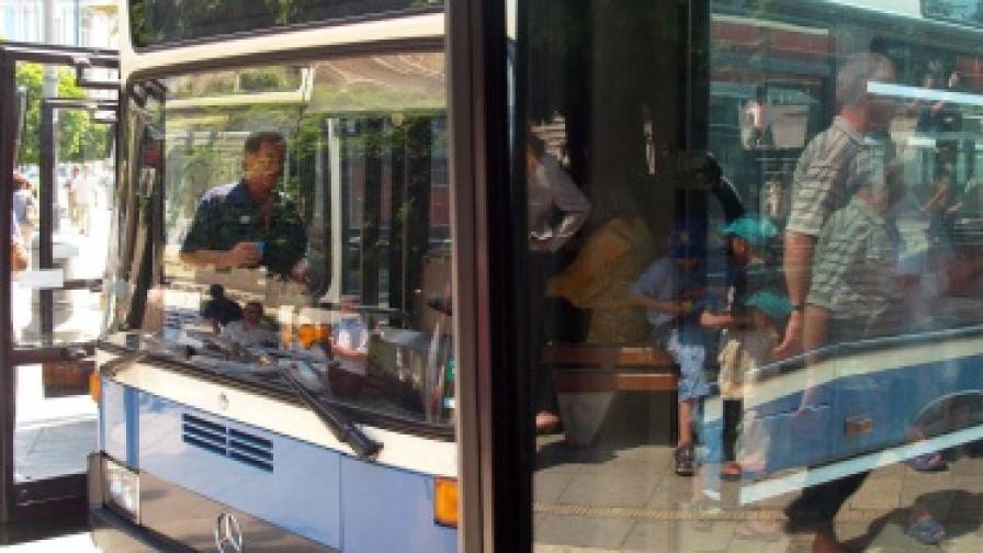 Автобус се блъсна в стълб във Варна