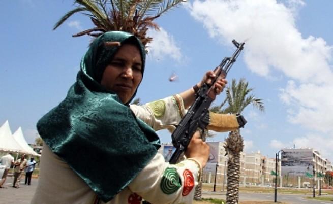 Либия разкри поредното си оръжие срещу НАТО - жени с автомати