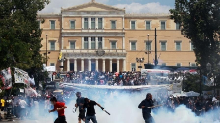 """На площад """"Синтагма"""" стотици младежи на групи започнаха да хвърлят камъни по полицаите, които отговориха със сълзотворен газ"""