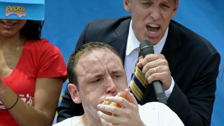 Американец погълна 62 хотдога за 10 мин.