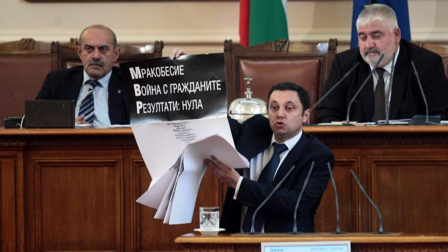Лидерът на РЗС Яне Янев по време на дебатите по третия вот на недоверие към правителството на Бойко Борисов