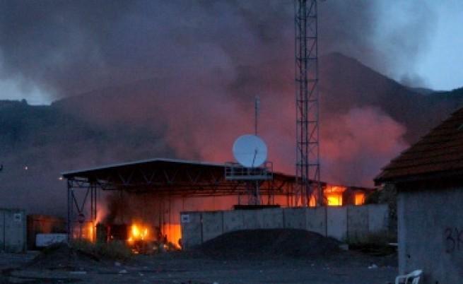 Сърби опожариха граничния пункт Ярине в Косово
