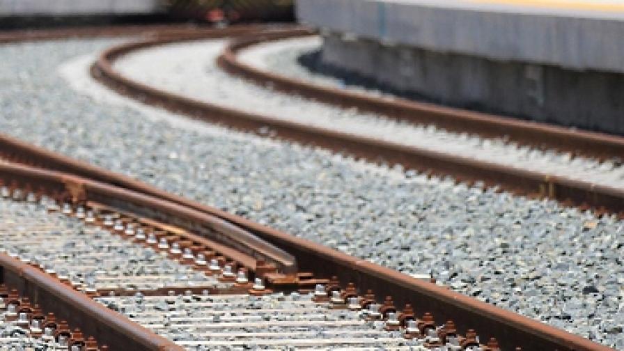 Младеж изхвърли девойка от влака, за да й вземе телефона