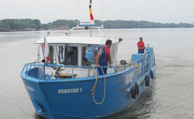 Корабче събира мръсотията от Дунав