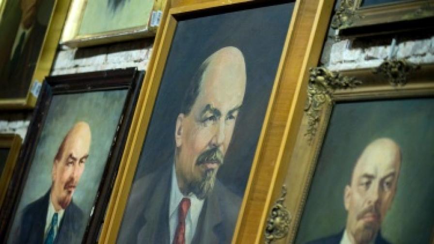 Преди среща с Медведев, поклон пред Ленин