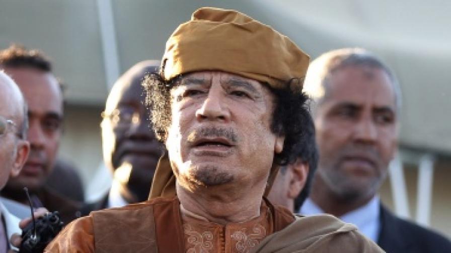 Кадафи: Разхождам се спокойно из Триполи