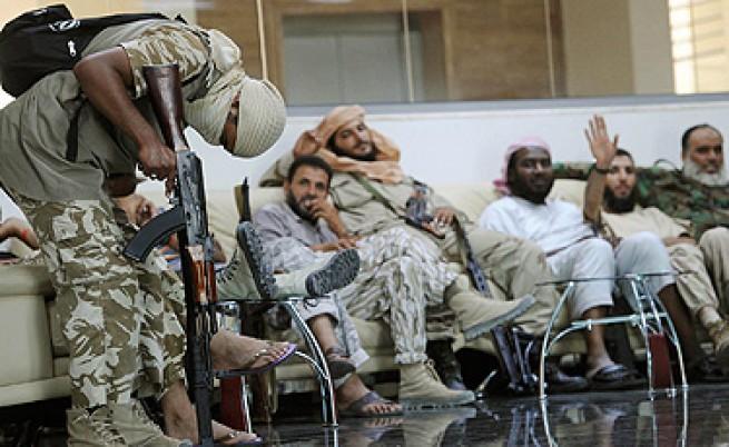 Кой на кого помага в Либия?