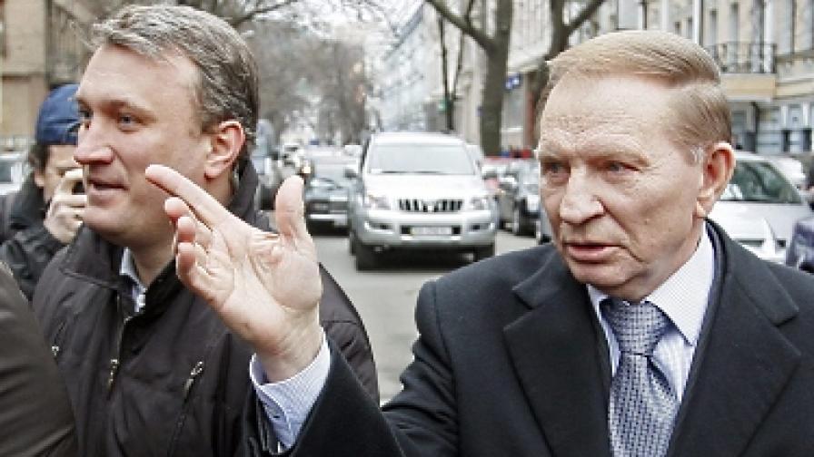 Кучма (вдясно) през март 2011 г.