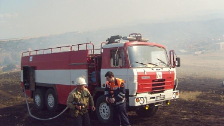 """90 души ограничиха пожара в """"Струмяни"""""""