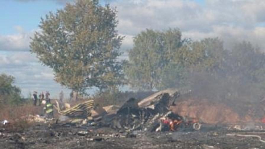 Останки от изгорелия самолет Як 42