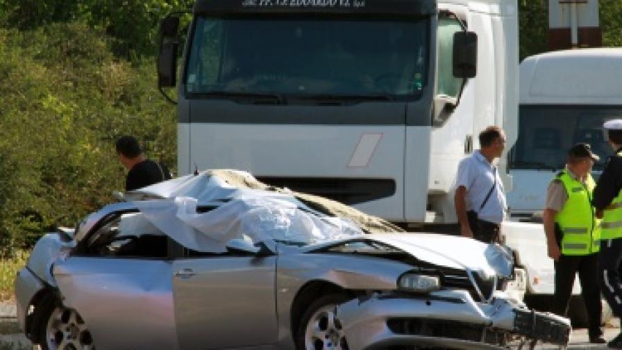 Двама курсанти загинаха в тежка катастрофа