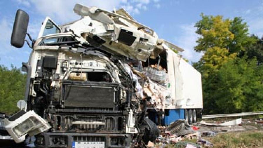 Тежка катастрофа с камиони отне два живота