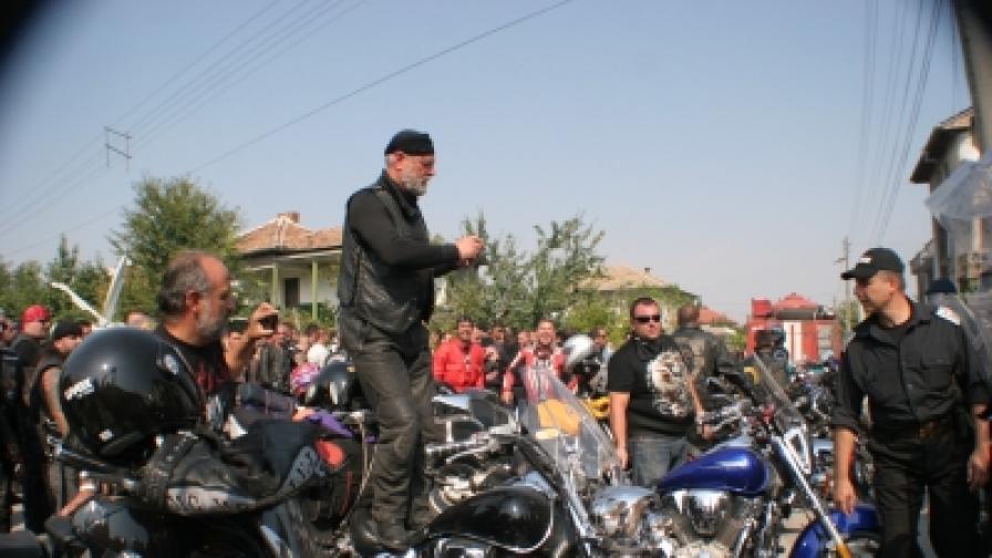 500 рокери дойдоха в Катуница от свой събор край Сопот, за да заявят, че подобни конфликти като местните има в цялата страна