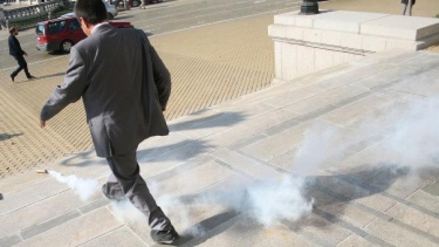 Хвърлиха димки пред парламента