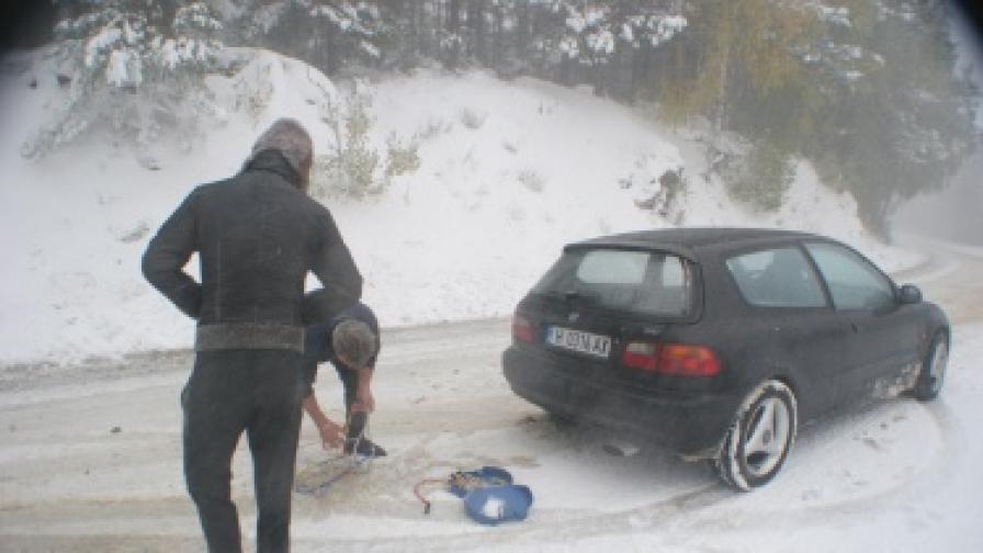 Закъсали автомобили заради лошото време в Бургаско