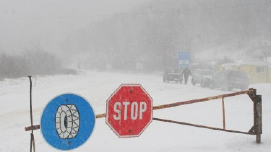 Лошото време блокира хора и автомобили