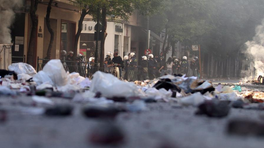 Къртят мрамор и разбиват банкомати в Гърция