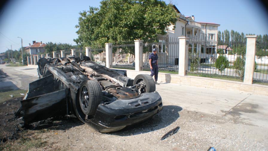 Една от унищожените коли на Кирил Рашков