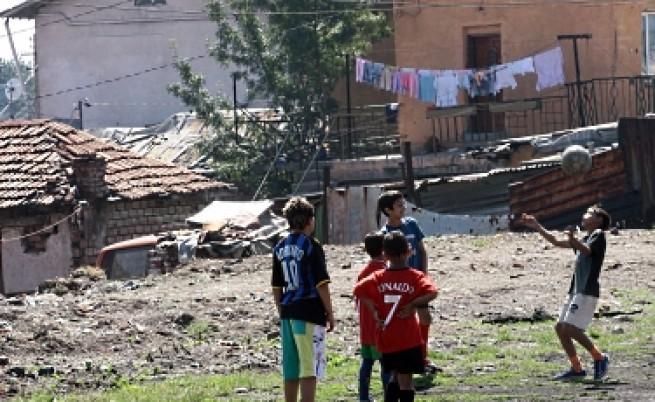Едва 42% от ромите у нас продължават образованието си след 8 клас