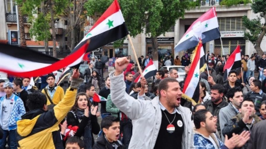 Държгавната сирйска осведомителна агенция разпространява всеки ден снимки на демонстранти, подкрепящи президента Асад. никакви чуждестранни журналисти не са допуснати в Сирия от началото на размириците там...