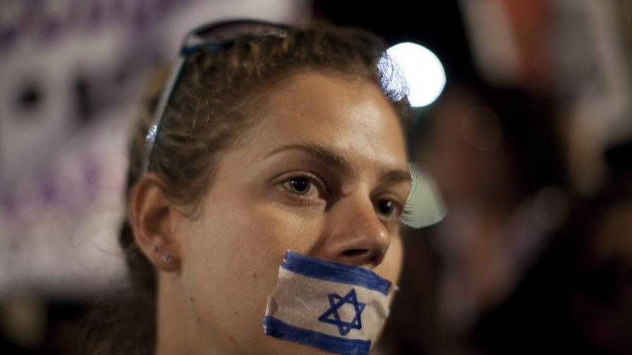 Жени шестват с ковчези заради насилието срещу тях