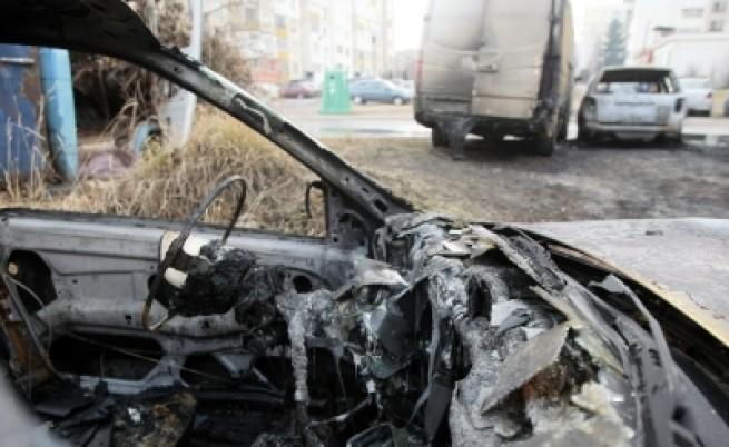 Автомобили горят на крачки от полицията
