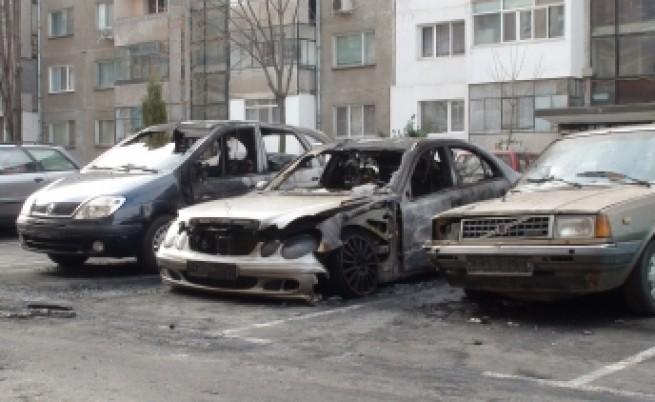 Горяха още две коли, задържан е подпалвачът
