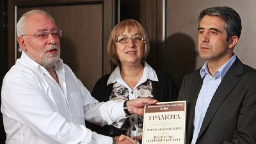 Собственикът на Дарик Радосвет Радев връчва почетната грамота на Росен Плевнелиев