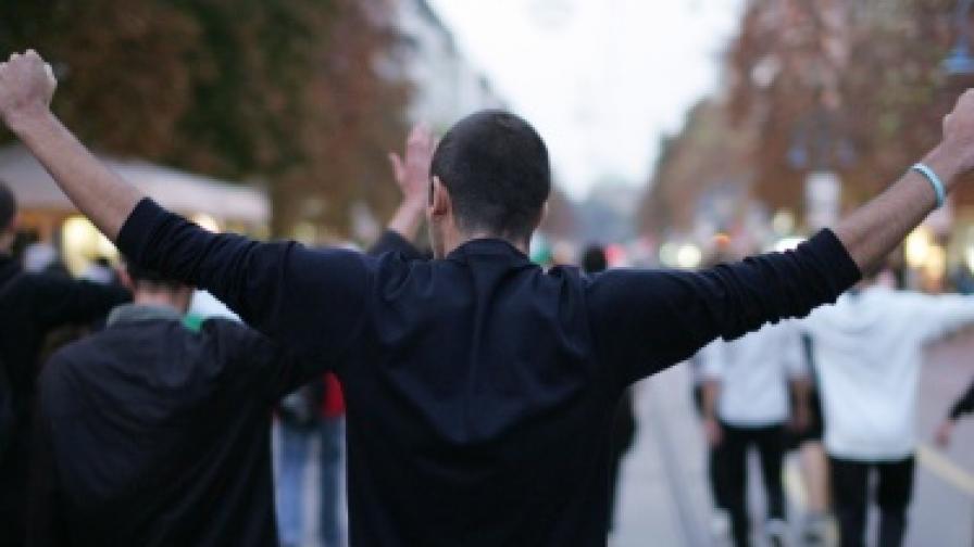 Млад мъж на един от протестите след събитията в Катуница