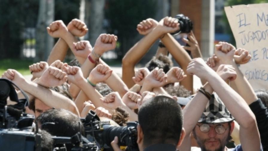 Испанската протестираща група Los Indignados (Възмутените) на 6 юни 2011 в Мадрид пред Министерството на труда
