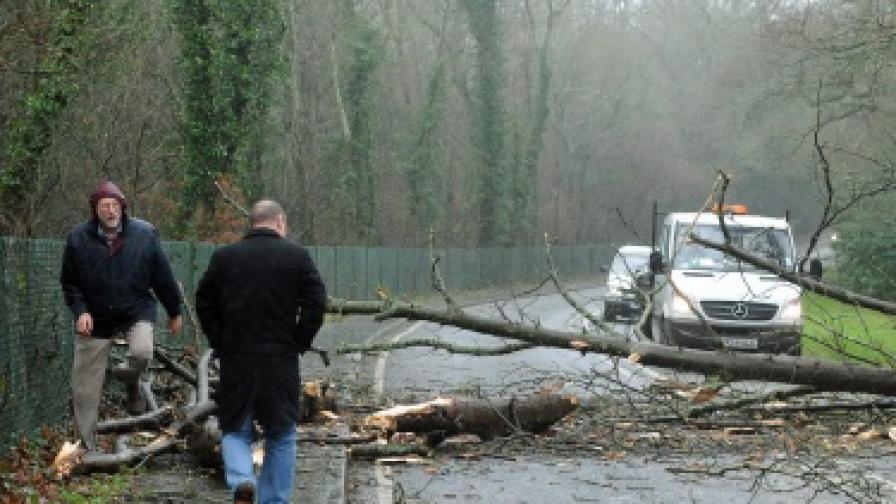 Силна буря взе жертви във Великобритания
