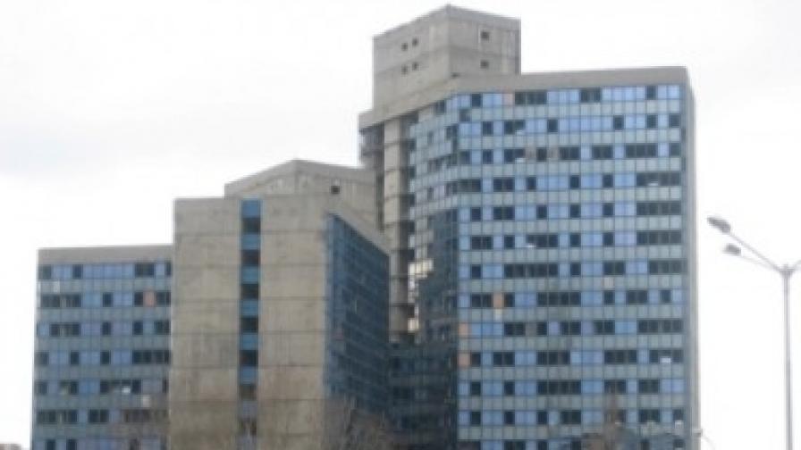 """Никой не иска рушащата се сграда, дигната преди 35 години за """"Работническо дело"""""""