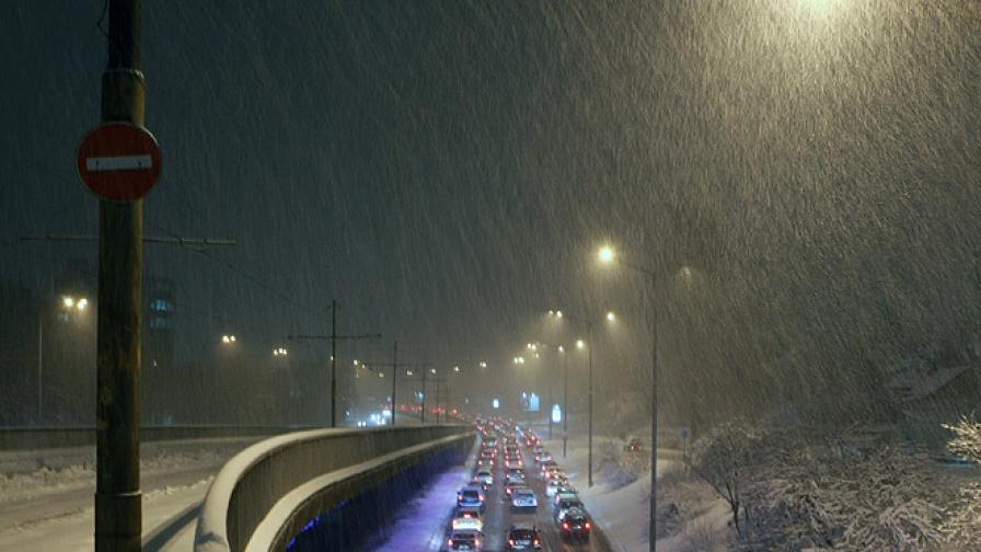 Обилен сняг затруднява движението