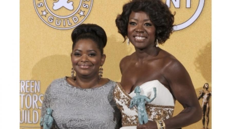 """Вайола Дейвис (д) и Октавия Спенсър с наградите за главна и поддържаща роля в """"Южнячки"""""""