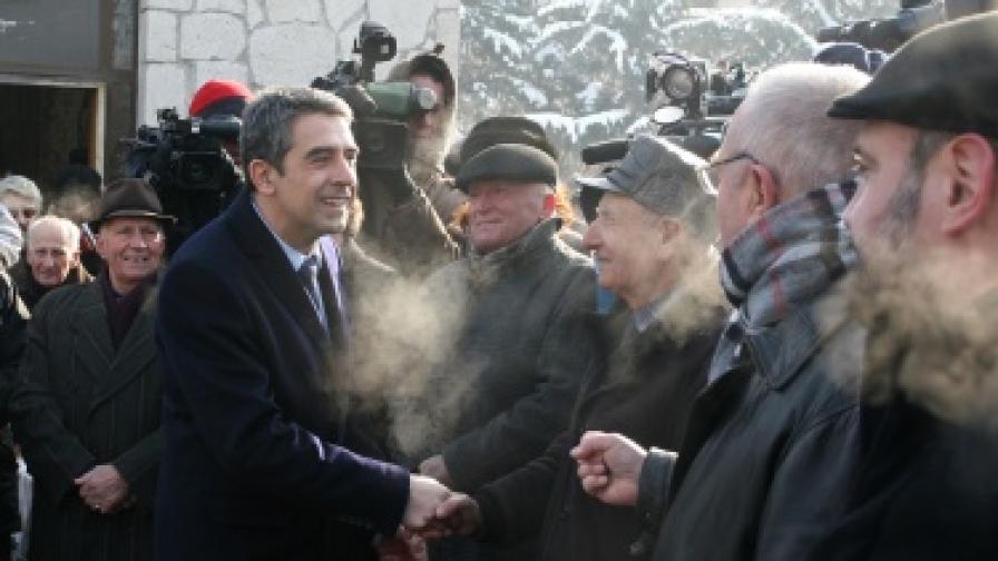 След молебен за жертвите на комунистическия режим Росен Плевнелиев разговаря с репресирани
