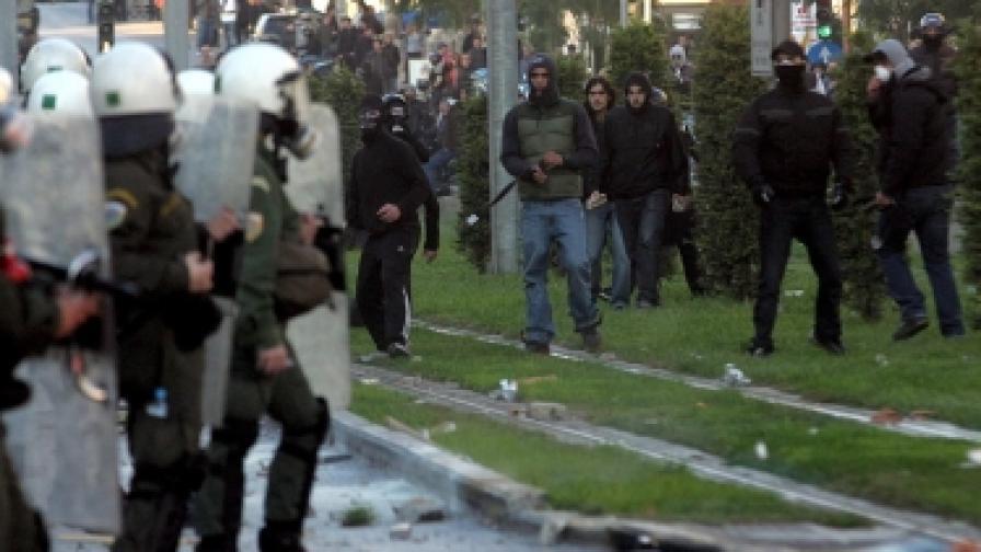 Младите в Гърция не спират протестите, докато дядовците им получават пенсии и след смъртта си
