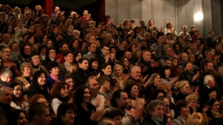 Когато залата е пълна, театърът получава повече помощ. На снимката: В Сатиричния театър на 90-годишнината на великата Стоянка Мутафова