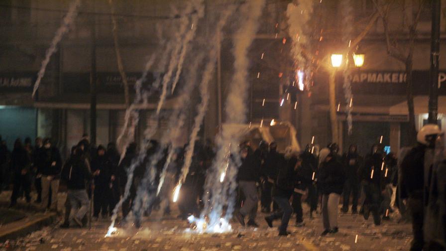 """""""Да"""" за новите тежки икономии в горящата Атина"""