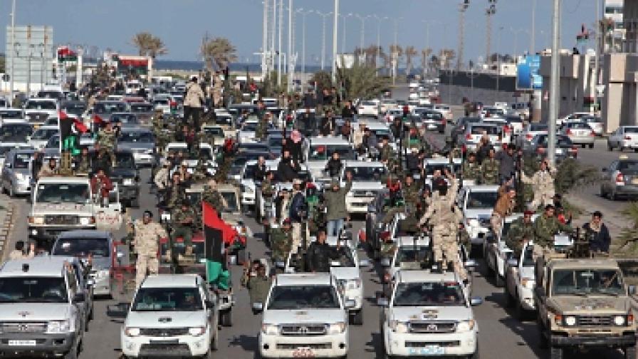 Въоръжени либийци вече се излязоха по улиците, за да празнуват преди годишнината, но и в отговор на думите на Саади Кадафи, че в страната се готви въстание