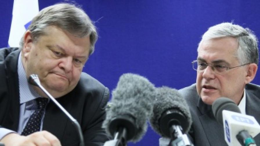 Гръцкият премиер Л. Пападимос (вдясно) и финансовият министър Е. Венизелос