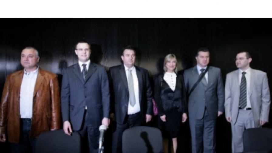 Инициаторите за учредяване на Национал-демократична партия. Втори отляво е Димитър Стоянов, трета от дясно - майка му Капка Сидерова