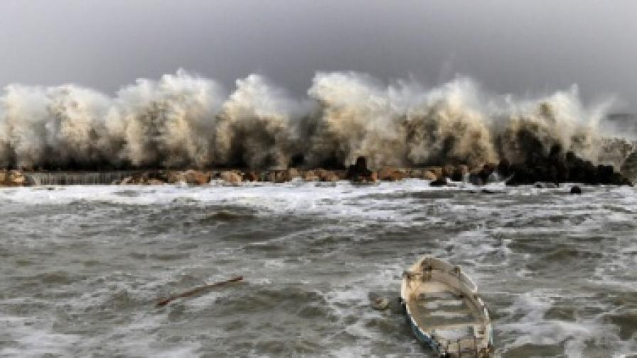 Вълни с височина от 5 метра разрушават буните и бреговите съоръжения в Кранево