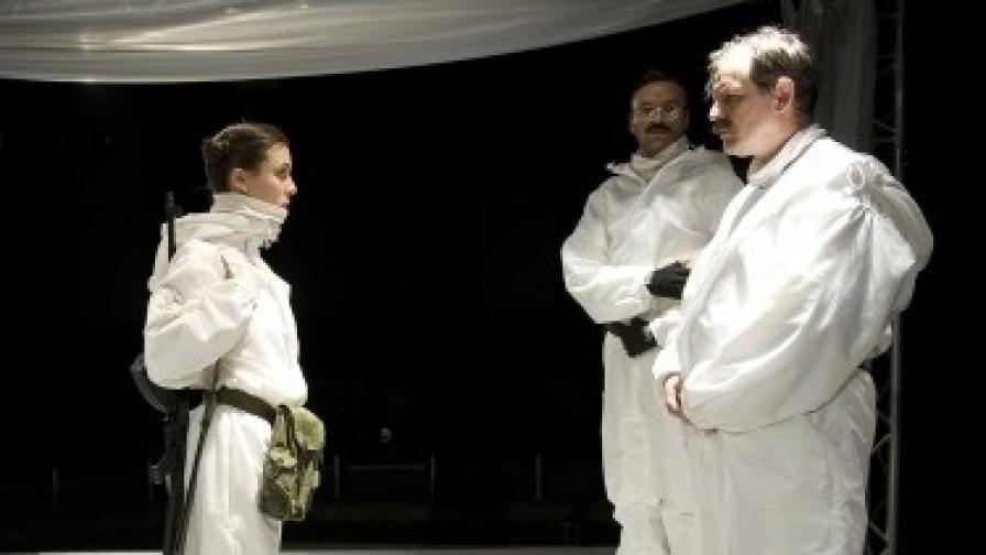 """Сцена от """"Нощна пеперуда"""" в Народния театър """"Иван Вазов"""""""