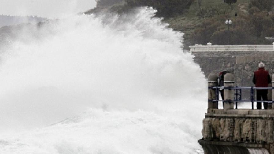 Шестметрови вълни в Анталия